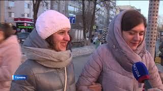 Тюменские спасатели поздравили дам концертом в центре города