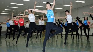 宝塚歌劇団に入団した第101期生が初舞台で披露するラインダンスの稽...