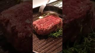 Сочный стейк из говядины на сковороде гриль.