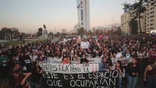 Miles de personas marchan en la capital chilena por los derechos de las mujeres