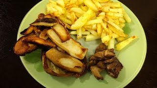 Грибной стейк из белых грибов и жареная картошка.