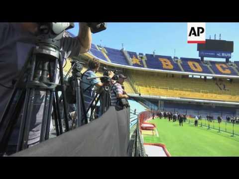 Hollande tours Boca Juniors' stadium
