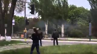 Мариуполь  Украинские 'военные' в центре города карательная операция фашистов 09 05 2014
