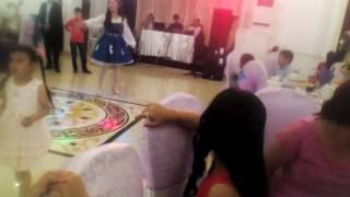 Свадьбу пришла Алла Пугачева.