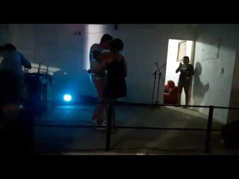 Fã sobe no palco pra dançar com Renato, banda cheiro de jasmim
