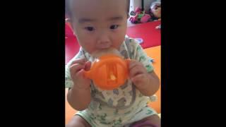 8개월 아기의 오렌지쥬스 먹방