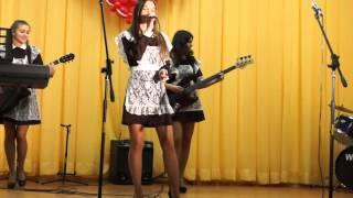 Школьницы поют на выпускном Я смотрю на них cover Тараканы