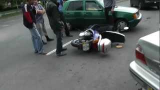 Авто подставы или Как выгодно продать мопед(29 мая, в 16.45 в Южноукраинске на пр.Ленина на моих глазах произошло такое вот ДТП. Таврия 100% была не права,..., 2012-05-30T05:41:50.000Z)