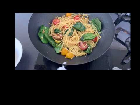 Garlic spaghetti spaghetti aglio e olio recipe with spinach and tomato