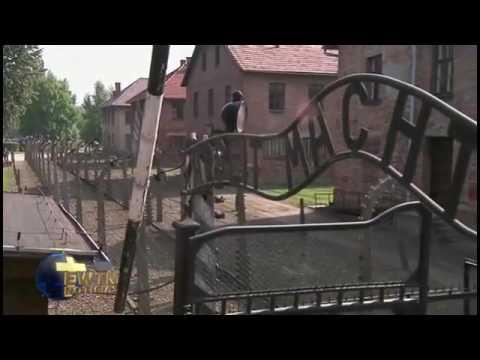 Papa Francisco reza en silencio en campo de concentración de Auschwitz