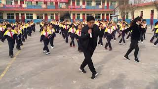 Gambar cover Chinese school principal breaks the rules with his bold dance move