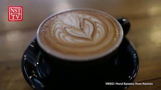 How to free pour latte art with a classic winged tulip design