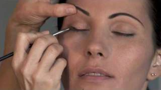 Defining eyebrows and applying eye shadow Thumbnail