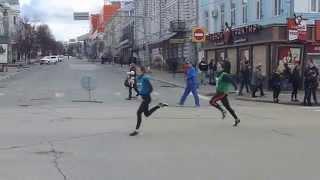 Эстафета - Ульяновск - 20-ый этап - школьники - 26.04.2015(В Ульяновске прошла 72-я легкоатлетическая городская эстафета. На видео показан последний забег школьников,..., 2015-04-26T20:47:33.000Z)