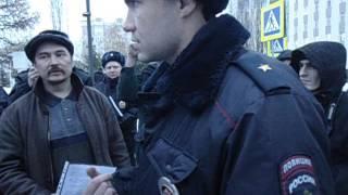 Полиция Уфы препятствует Азату Сальманову пройтись с флагом. Полицейский беспредел.