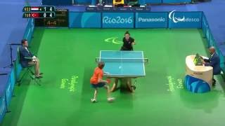 Потрясающий выстрел в паралимпийские настольный теннис событие!