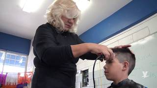 Realiza Lic. Marina Calderón cortes de cabello a estudiantes de Telesecundaria No. 110