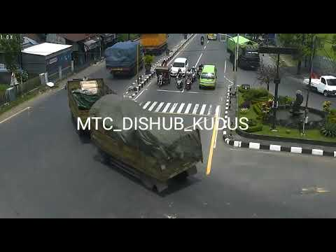 Detik -  Detik Truk Gandeng Terguling di Bangjo Ngembal Terekam CCTV