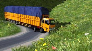 Truck Fuso mencoba melewati medan sempit