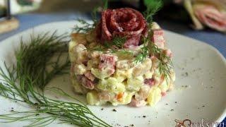 Салат с копченой колбасой, фасолью и картофелем