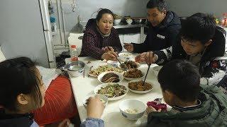 农村婆婆儿媳包饺子做年夜饭,简简单单过新年,幸福的生活很平淡