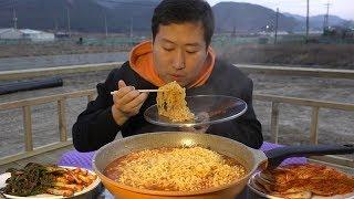 야외에서 먹는 얼큰한 [[열라면(hot spicy instant noodles)]] 먹방!! - Mukbang eating show
