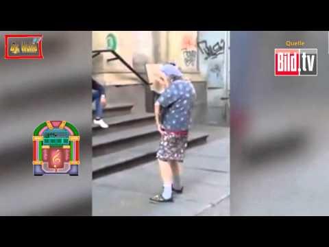 Fast 100 jährige Oma tanzt zur Musik eines Straßen - Künstler.