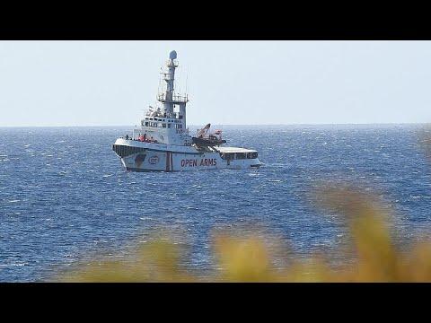 سفينة لإنقاذ 147 مهاجراً تعلق في المياه الإيطالية وسط خلافات وزراء روما…  - 18:54-2019 / 8 / 15