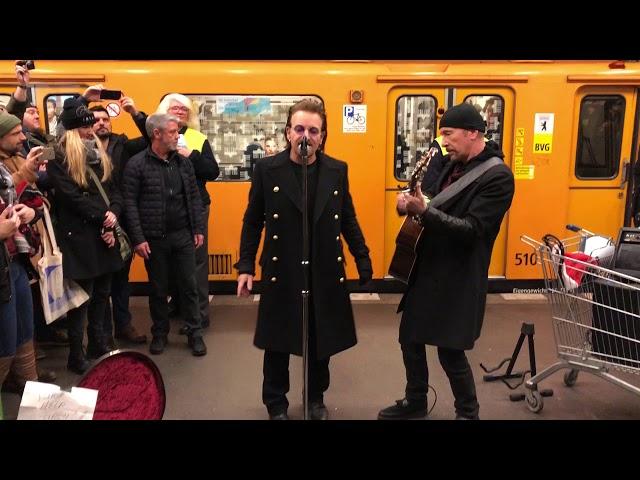 U2 ofrece un concierto en el metro de Berlín