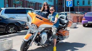 Оскар Кучера ездит на мотоцикле Harley-Davidson Electra Glide(Подпишись на канал живых концертов #LIVE Авторадио http://www.youtube.com/user/AvtoradioMoscow?sub_confirmation=1 Вконтакте ..., 2015-06-11T11:13:13.000Z)