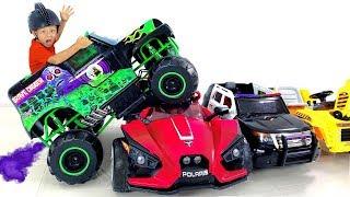 سينيا يركب شاحنة الوحش ويضغط على السيارات والألعاب