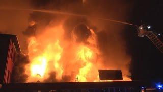 [FLASHOVER BEI LAGERHALLENBRAND] - Mehrere Feuerwehrleute schwer verletzt   Großbrand in Hilden