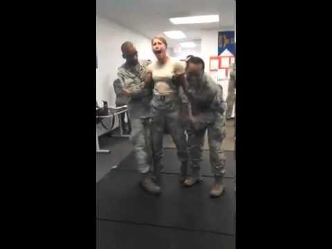 Nữ binh sĩ Mỹ bị điện giật, nắm tờ rym đồng đội...:D