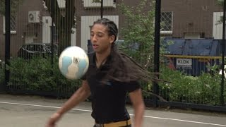 010nu- Wereldsucces voor Rotterdamse straatvoetballer Jeand Doest