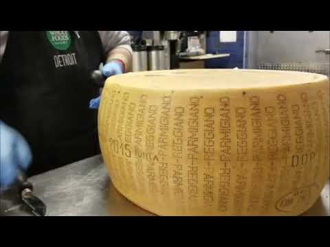 How to crack parmesan cheese | Cheese Nation | Como Cortar queso parmesano