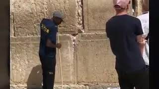 Стена Плача в Иерусалиме  Уборка Записок.