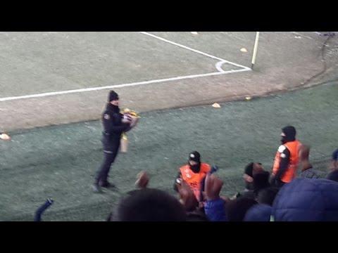Taraftarlardan kadın çevik kuvvet polisine sevgi gösterisi