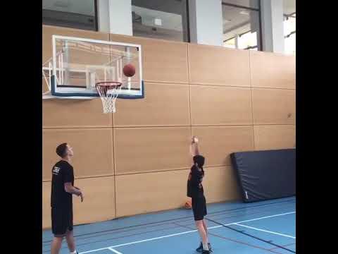 Как да стреляш правилно в баскетболния кош, използвайки ритъма на краката?