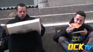 Este hombre le da una pizza a un vagabundo y la reaccion de ete ultimo me hizo llorar