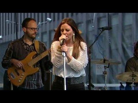 Sara Evans performs 'Slow Me Down'