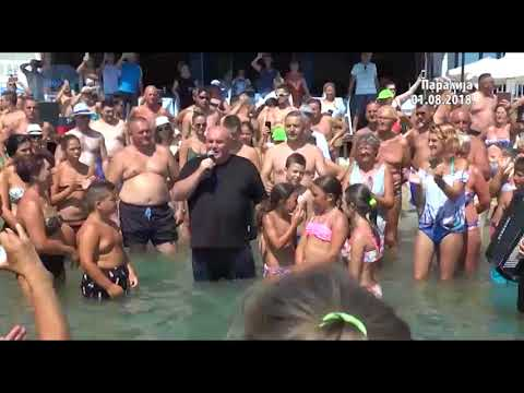 Dragan Marković Palma sa srpskim turistima igra kolo u Paraliji, deo 2