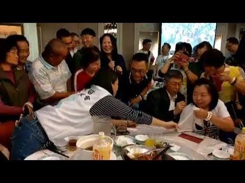 柯文哲台中慶功宴 阿北簽名合照 女粉高興的合不攏嘴