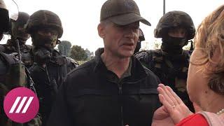 Помощник Лукашенко вышел к протестующим у Дворца Независимости