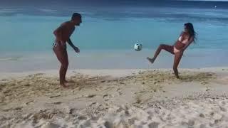 Jessica Melena in spiaggia gioca a pallone con Ciro Immobile