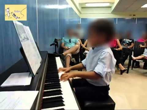 clases-de-piano-para-niños.-niño-4-años-tocando-el-piano-en-bébé-musique-madrid