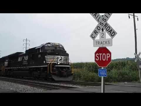 Idiot almost getting hit by EB Intermodal train, Annville PA