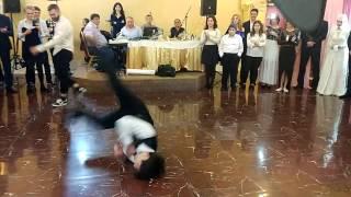 Download Очень крутой танец! Подарок от друзей на свадьбу! Осетинская свадьба! Mp3 and Videos