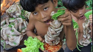 Primitive Technology - Awesome Cooking Pig Intestines Recipe - Eating delicious