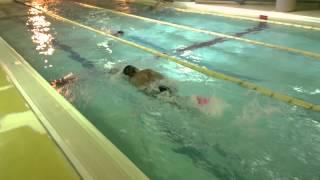 Style1水泳動画 クロールのタイミングの練習 右手にパドルと左足...