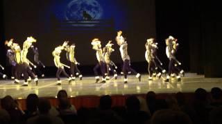 Кошки танцуют модный танец